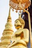 Ο χρυσός Βούδας και χρυσό stupa. Στοκ εικόνα με δικαίωμα ελεύθερης χρήσης