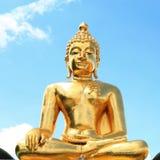 Ο χρυσός Βούδας με το σαφή μπλε ουρανό Στοκ φωτογραφία με δικαίωμα ελεύθερης χρήσης