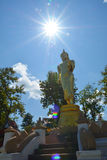 Ο χρυσός Βούδας στο βουνό με το μπλε ουρανό σε Wat Phra που Kao Noi Στοκ φωτογραφίες με δικαίωμα ελεύθερης χρήσης