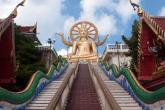 Ο χρυσός Βούδας στο μπλε ουρανό Στοκ Φωτογραφίες