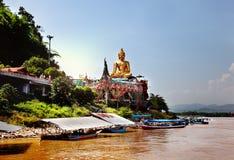 Ο χρυσός Βούδας στο ποταμό Μεκόνγκ, Sop Ruak, Ταϊλάνδη Πανέμορφο ασιατικό τοπίο Στοκ φωτογραφία με δικαίωμα ελεύθερης χρήσης