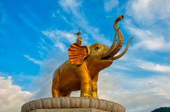 Ο χρυσός ελέφαντας κάτω από το μπλε ουρανό Στοκ εικόνα με δικαίωμα ελεύθερης χρήσης