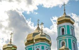 Ο χρυσός θόλος εκκλησιών της Ορθόδοξης Εκκλησίας πέρα από τον ουρανό με τα σύννεφα Στοκ φωτογραφία με δικαίωμα ελεύθερης χρήσης