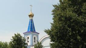Ο χρυσός θόλος με το σταυρό του ορθόδοξου καθεδρικού ναού απόθεμα βίντεο