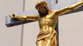 Ο χρυσός Ιησούς Χριστός στη διαγώνια, μικρή εκκλησία, Crucifix φιλμ μικρού μήκους
