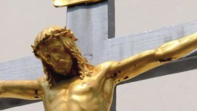 Ο χρυσός Ιησούς Χριστός στη διαγώνια, μικρή εκκλησία, Crucifix απόθεμα βίντεο