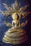 Ο χρυσός Λόρδος Βούδας με πέντε διεύθυνε τη γλυπτική naga Στοκ Φωτογραφία