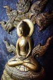 Ο χρυσός Λόρδος Βούδας με πέντε διεύθυνε τη γλυπτική naga Στοκ Εικόνα