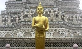 Ο χρυσός μόνιμος Βούδας στο ναό Wat Arun, Μπανγκόκ, Ταϊλάνδη Στοκ Φωτογραφίες