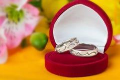 ο χρυσός που γίνεται λευκό χτυπά το γαμήλιο Στοκ Εικόνες