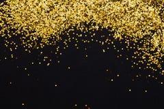 Ο χρυσός πολυτέλειας ακτινοβολεί πλαίσιο σπινθηρισμάτων στο blac Στοκ Εικόνες