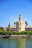Ο χρυσός πύργος, ο πύργος Giralda και ο ποταμός του Γκουανταλκιβίρ στη Σεβίλη, Ισπανία Στοκ Εικόνα