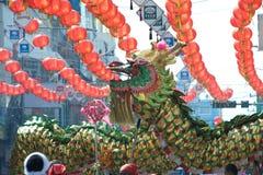 Ο χρυσός δράκος που χορεύει παρουσιάζει στην παρέλαση στο κινεζικό νέο φεστιβάλ έτους Στοκ φωτογραφίες με δικαίωμα ελεύθερης χρήσης