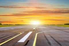 Ο χρυσός χρόνος ώρας λάμπει ηλιοβασίλεμα με τον αερολιμένα τοπίων του διαδρόμου Στοκ φωτογραφίες με δικαίωμα ελεύθερης χρήσης
