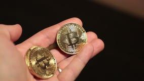 Ο χρυσός Bitcoin στο χέρι λάμπει σε αργή κίνηση βίντεο απόθεμα βίντεο