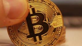 Ο χρυσός bitcoins συσσωρεύεται, αφαιρεσμένος ένα προς ένα παρουσιάζοντας obverse του νομίσματος απόθεμα βίντεο
