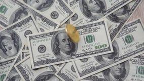 Ο χρυσός golder bitcoin από τις τοπ περιστροφές στο αμερικανικό δολάριο και μετά από να περιστρέψει αφορά τη μέση του δολαρίου Έν απόθεμα βίντεο