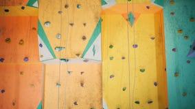 Ο χρωματισμένος τοίχος για την αναρρίχηση, κλείνει επάνω φιλμ μικρού μήκους