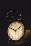 Ο χρόνος είναι επάνω - στάση ξυπνητηριών που απομονώνεται στο μαύρο υπόβαθρο Με το εκλεκτής ποιότητας φίλτρο Στοκ Εικόνες