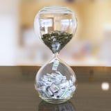 Ο χρόνος είναι κεντρική σύνθεση χρημάτων (εσωτερική έκδοση με το bokeh) ελεύθερη απεικόνιση δικαιώματος