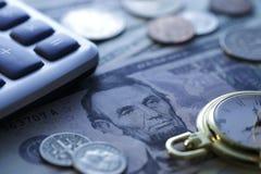 Ο χρόνος είναι χρήματα Μπλε τόνος Κλείστε επάνω - εικόνα αποθεμάτων Στοκ Φωτογραφίες