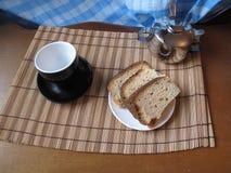 Ο χρόνος επιδορπίων με ένα κέικ Στοκ φωτογραφίες με δικαίωμα ελεύθερης χρήσης