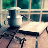 Ο χρόνος καφέ, χαλαρώνει τη στιγμή στη βροχερή ημέρα Στοκ φωτογραφίες με δικαίωμα ελεύθερης χρήσης