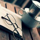 Ο χρόνος καφέ, χαλαρώνει τη στιγμή στη βροχερή ημέρα Στοκ φωτογραφία με δικαίωμα ελεύθερης χρήσης