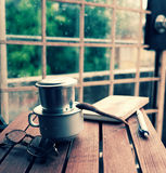 Ο χρόνος καφέ, χαλαρώνει τη στιγμή στη βροχερή ημέρα Στοκ Εικόνες
