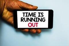 Ο χρόνος κειμένων γραφής τρέχει έξω Η έννοια που σημαίνει την προθεσμία πλησιάζει τα πράγματα επείγουσας ανάγκης δεν μπορεί να πε στοκ φωτογραφίες με δικαίωμα ελεύθερης χρήσης