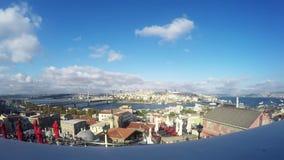 Ο χρόνος περιτυλίγει τον ορίζοντα πόλεων της Ιστανμπούλ στην Τουρκία, παλαιά σπίτια περιοχής Beyoglu με τον πύργο Galata στην κορ φιλμ μικρού μήκους