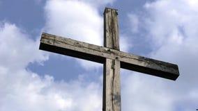 Ο χρόνος περιτυλίγει τον ξύλινο σταυρό με τα σύννεφα απόθεμα βίντεο