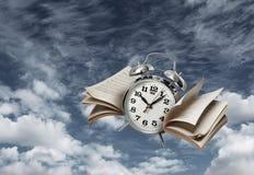 Ο χρόνος πετά την έννοια ιστορίας Στοκ Εικόνες