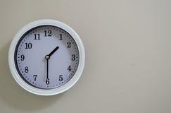 Ο χρόνος ρολογιών τοίχων δωματίων είναι στις 1:30 Στοκ Φωτογραφία