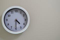 Ο χρόνος ρολογιών τοίχων δωματίων είναι στις 4:30 Στοκ εικόνες με δικαίωμα ελεύθερης χρήσης