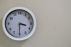 Ο χρόνος ρολογιών τοίχων δωματίων είναι στις 3:30 Στοκ Φωτογραφίες