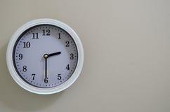 Ο χρόνος ρολογιών τοίχων δωματίων είναι στις 2:30 Στοκ φωτογραφία με δικαίωμα ελεύθερης χρήσης