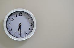 Ο χρόνος ρολογιών τοίχων δωματίων είναι στις 6:30 Στοκ Εικόνες