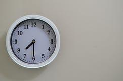 Ο χρόνος ρολογιών τοίχων δωματίων είναι στις 7:30 Στοκ Εικόνα