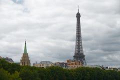 ο χτίζοντας νεφελώδης Άιφελ τοποθετεί αιχμή στον πύργο Στοκ φωτογραφία με δικαίωμα ελεύθερης χρήσης