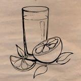 Ο χυμός από πορτοκάλι με τις φέτες του πορτοκαλιού και τα φύλλα δίνουν επισυμένος την προσοχή σε χαρτί τεχνών Έννοια της υγιεινής Στοκ Εικόνες