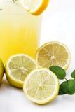 Ο χυμός πίνει τη λεμονάδα με τη μέντα Στοκ φωτογραφία με δικαίωμα ελεύθερης χρήσης