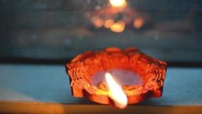 Ο χωμάτινος διακοσμητικός λαμπτήρας άναψε τη νύχτα στην μπροστινή άποψη Παραμονής Χριστουγέννων ή παραμονής diwali απόθεμα βίντεο