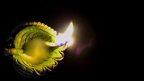Ο χωμάτινος διακοσμητικός λαμπτήρας άναψε τη νύχτα στη τοπ άποψη Παραμονής Χριστουγέννων ή παραμονής diwali απόθεμα βίντεο