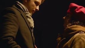 Ο χωρισμός γυναικών με τον άνδρα, τέλος των σχέσεων, αποχαιρετιστήριο φιλί λυπάται για και θλίψη φιλμ μικρού μήκους
