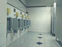 Ο χώρος ανάπαυσης ατόμων και τα άσπρα ουροδοχεία Στοκ Φωτογραφίες