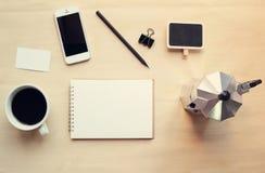 Ο χώρος εργασίας και η χλεύη καφέ θέτουν επάνω στοκ φωτογραφία με δικαίωμα ελεύθερης χρήσης