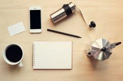 Ο χώρος εργασίας και η χλεύη καφέ θέτουν επάνω στοκ εικόνα