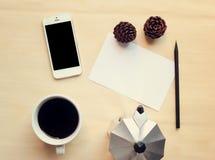 Ο χώρος εργασίας και η χλεύη καφέ θέτουν επάνω στοκ εικόνες