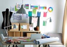 Ο χώρος εργασίας σχεδιαστών με ράβει τα ανδρείκελα, στην αρχή Στοκ εικόνα με δικαίωμα ελεύθερης χρήσης